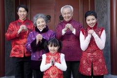 De familie viert Chinees Nieuwjaar stock foto's