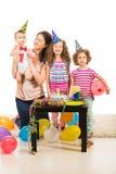 De familie viert het eerste jaarverjaardag van jongen Stock Foto