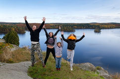 De familie voelt vrijheid in de herfstlandschap Royalty-vrije Stock Afbeeldingen