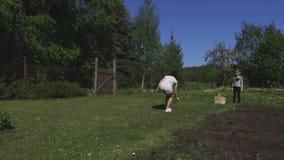 De familie werpt frisbee stock video