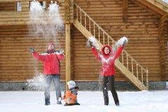 De familie werpt sneeuw Stock Fotografie