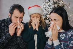 De familie is ziek bij Kerstmis zij zakdoek hebben De zieken hebben lopende neus Vrolijke Christamas en Gelukkig Nieuwjaar royalty-vrije stock foto