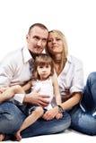 De familie zit op de vloer. stock afbeelding