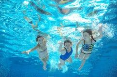 De familie zwemt in pool of overzees onderwater, hebben de moeder en de kinderen pret in water Royalty-vrije Stock Foto's