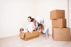De familiebewegingen aan een nieuw huis royalty-vrije stock afbeelding