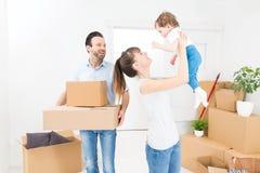 De familiebewegingen aan een nieuwe flat Stock Afbeeldingen