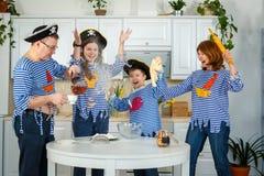 De familiekoks samen Echtgenoot, vrouw en hun kinderen in de keuken De familie kneedt deeg met bloem royalty-vrije stock fotografie