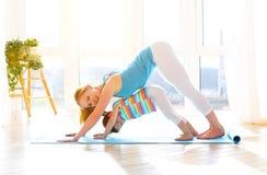 De familiemoeder en de kinddochter zijn bezig geweest met geschiktheid, yoga bij stock foto's
