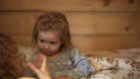 De de familiemoeder en zoon lezen een boek thuis in de avond De zoon en de moeder zijn samen gelukkig Moeder het vertellen verhaa stock footage