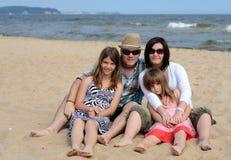 De familieportret van het strand Stock Afbeeldingen