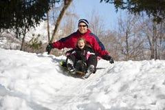 De familiepret van Sledding van de sneeuw Stock Afbeeldingen