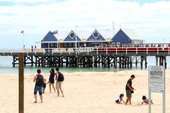 De families en de kinderen hebben pret bij het strand van Busselton-Pier, Westelijk Australië Royalty-vrije Stock Fotografie