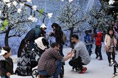 De families genieten van de sneeuw op het de Winterfestival royalty-vrije stock foto's