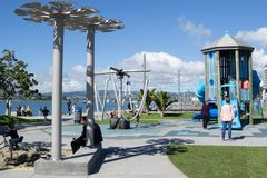 De families genieten van op Tauranga-de speelplaats van de kinderen van de waterkant royalty-vrije stock afbeeldingen