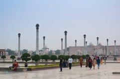 De families lopen voorbij de pijlers bij Ambedkar-Park royalty-vrije stock foto