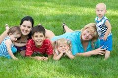 De families rusten in het park Stock Foto
