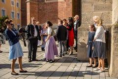 De families stellen voor beelden buiten kerk stock afbeelding