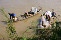 De families van visser doen visserij op rive stock afbeelding