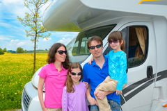 De familievakantie, rv-kampeerautoreis met jonge geitjes, ouders met kinderen op vakantie haalt in motorhome over Stock Fotografie