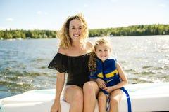De famille canotage ayant ensemble l'amusement sur l'offre d'emploi photographie stock