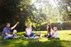De famille de pique-nique concept de relaxation d'unité dehors photographie stock libre de droits