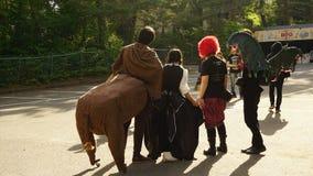 De fans kleedden in SEKAI omhoog GEEN OWARI-overleg, Insomina-Trein stock afbeelding