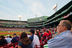 De fans letten op een Rood spel Sox Stock Fotografie
