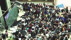 De fans letten op de levende uitzending van de gelijke Rusland-Uruguay in de wandelgalerijgalerij stock video