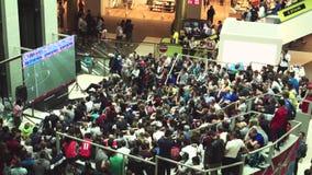 De fans letten op de levende uitzending van de gelijke Rusland-Uruguay in de wandelgalerijgalerij stock videobeelden