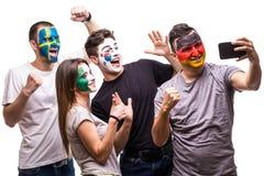 De fans van groeps mensen verdedigers van nationale teams schilderden vlaggezicht van Duitsland, Mexico, de Republiek van Korea,  royalty-vrije stock afbeelding