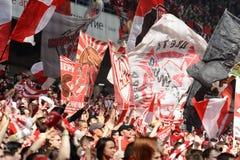De fans van Spartak Moscow juichen op hun team toe tijdens een vriendschappelijk spel tegen FC-Dynamo stock fotografie