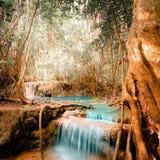 De fantasie klettert landschap met turkooise waterval stock afbeeldingen
