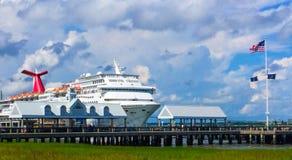 De Fantasie van Carnaval van het cruiseschip in de Haven van Charleston, Sc wordt gedokt dat royalty-vrije stock fotografie