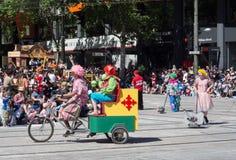 De fantasievlotters 'Clowns op de fiets 'presteren in de parade van het Kerstmisspectakel van Credit Union van 2018 royalty-vrije stock fotografie