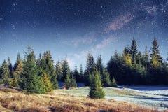 De fantastische douche van de de wintermeteoor en de snow-capped bergen Stock Fotografie