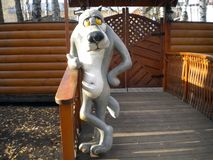 De fantastische karakterwolf bevindt zich dichtbij de ingang aan de speelplaats stock foto's