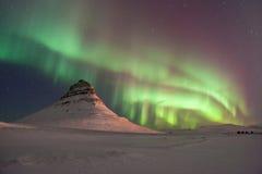 De fantastiska nordliga ljusen över Kirkjufellen i vintern Island royaltyfri bild