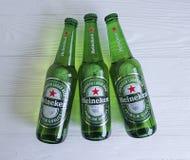 11 de febrero de 2017 bebida Heineken Lager Beer de la frescura de Ucrania Kiev en de madera negro foto de archivo libre de regalías