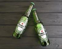 11 de febrero de 2017 bebida internacional fría Heineken Lager Beer de la frescura de Ucrania Kiev en de madera negro imagenes de archivo