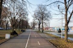 26 de febrero - Belgrado, Serbia - parque y zona del peatón en el banco del río Danubio, en la nueva parte de la ciudad Foto de archivo