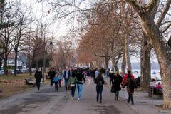 26 de febrero - Belgrado, Serbia - parque y zona del peatón en el banco del río Danubio, en la nueva parte de la ciudad Fotografía de archivo libre de regalías
