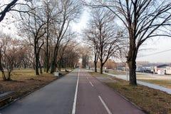 26 de febrero - Belgrado, Serbia - parque y zona del peatón en el banco del río Danubio, en la nueva parte de la ciudad Imagen de archivo