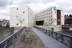 17 de febrero de 2017 - biblioteca de investigación un edificio concreto extraordinario con las ventanas redondas en Hradec Kralo Fotografía de archivo