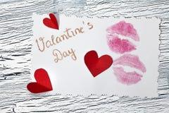 14 de febrero día de tarjetas del día de San Valentín - corazón del papel rojo Fotos de archivo libres de regalías