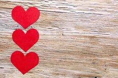 14 de febrero día de tarjetas del día de San Valentín - corazones del papel rojo Imagen de archivo libre de regalías