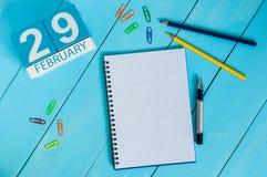 29 de febrero Día 29 del mes, calendario en fondo de madera Año bisiesto, días intercalares Foto de archivo libre de regalías