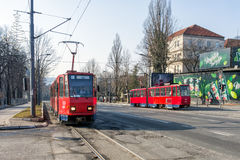 26 de febrero de 2017 - Belgrado, Serbia - coches rojos viejos de la tranvía en las calles de Belgrado Foto de archivo