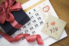 14 de febrero de 2015 en el calendario, el día de tarjeta del día de San Valentín Con la tarjeta Imagen de archivo libre de regalías