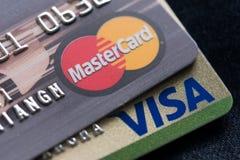24 de febrero de 2016 Tarjetas de crédito de Mastercard, del maestro y de la visa Fotografía de archivo libre de regalías