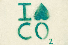 Pintada ambiental en una pared: Odio el CO2 (el paisaje) Fotografía de archivo